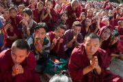 Многотысячная толпа тибетцев слушает ждет прибытия Его Святейшества Далай-ламы у стен монастыря Дрепунг Лоселинг. 8 декабря 2012. Мандгод, Индия. Фото: Манюэль Бауэр