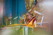Его Святейшество Далай-лама дарует учения по 18 коренным текстам и комментариям традиции Ламрим у стен монастыря Дрепунг Лоселинг. 8 декабря 2012. Мандгод, Индия. Фото: Манюэль Бауэр
