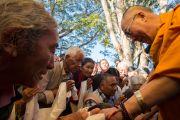 Его Святейшество Далай-лама приветствует пожилых тибетцев по пути на  учения по 18 коренным текстам и комментариям традиции Ламрим в монастыре Дрепунг Лоселинг. 7 декабря 2012. Мандгод, Индия. Фото: Манюэль Бауэр