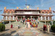 Его Святейшество Далай-лама покидает монастырь Дрепунг Гоманг по пути на  учения по 18 коренным текстам и комментариям традиции Ламрим в монастыре Дрепунг Лоселинг. 8 декабря 2012. Мандгод, Индия. Фото: Манюэль Бауэр