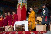 Его Святейшество Далай-лама, почетные гости и участники торжеств почтили минутой молчания память всех, кто пожертвовал жизнью во имя тибетского дела. Мандгод, Индия. 10 декабря 2012 г. Фото: Тензин Чойджор (офис ЕСДЛ)