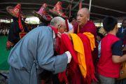 Участникам концерта вручают памятные шарфы в память о праздновании 23-летия вручения Далай-ламе Нобелевской премии мира. Мандгод, Индия. 10 декабря 2012 г. Фото: Тензин Чойджор (офис ЕСДЛ)
