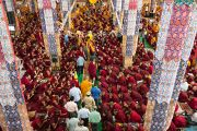 Его Святейшество Далай-лама входит в монастырь Дрепунг Лоселинг, чтобы продолжить учения по восемнадцати коренным текстам и комментариям традиции Ламрим. Мандгод, Индия. 10 декабря 2012 г. Фото: Тензин Чойджор (офис ЕСДЛ)
