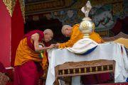 Ганден Трипа Ризонг Ринпоче и Его Святейшество Далай-лама во время празднования 23-летия вручения Далай-ламе Нобелевской премии мира. Мандгод, Индия. 10 декабря 2012 г. Фото: Тензин Чойджор (офис ЕСДЛ)
