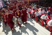 Монахи раздают гостям угощение на праздновании 23-летия вручения Далай-ламе Нобелевской премии мира. Мандгод, Индия. 10 декабря 2012 г. Фото: Тензин Чойджор (офис ЕСДЛ)