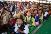 Участники концерта в традиционных тибетских костюмах слушают выступающих с речами по случаю 23-летия вручения Далай-ламе Нобелевской премии мира. Мандгод, Индия. 10 декабря 2012 г. Фото: Тензин Чойджор (офис ЕСДЛ)