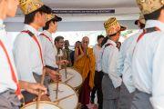 Оркестр учеников Центральной школы для тибетцев приветствует Его Святейшество Далай-ламу. Мандгод, Индия. 12 декабря 2012 г. Фото: Тензин Чойджор (Офис ЕСДЛ)