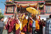 Его Святейшество Далай-лама выходит из монастыря школы Сакья. Мандгод, Индия. 12 декабря 2012 г. Фото: Тензин Чойджор (Офис ЕСДЛ)