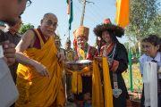 В Центральной школе для тибетцев Его Святейшество Далай-ламу встречали традиционными подношениями. Мандгод, Индия. 12 декабря 2012 г. Фото: Тензин Чойджор (Офис ЕСДЛ)