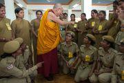 Его Святейшество Далай-лама фотографируется с женщинами-полицейскими, обеспечивающими его безопасность во время посещения Мандгода. Штат Карнатака, Индия. 12 декабря 2012 г. Фото: Тензин Чойджор (Офис ЕСДЛ)