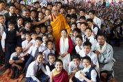 Его Святейшество Далай-лама фотографируется на память с учениками Центральной школы для тибетцев. Мандгод, Индия. 12 декабря 2012 г. Фото: Тензин Чойджор (Офис ЕСДЛ)