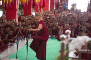 Монахи монастыря Дрепунг Лоселинг проводят показательный философский диспут для Его Святейшества Далай-ламы. Мандгод, Индия. 12 декабря 2012 г. Фото: Тензин Чойджор (Офис ЕСДЛ)