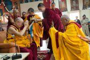 Его Святейшество Далай-лама принимает традиционные подношения в монастыре школы Сакья. Мандгод, Индия. 12 декабря 2012 г. Фото: Тензин Чойджор (Офис ЕСДЛ)