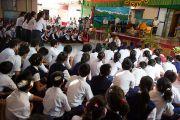 Ученики Центральной школы для тибетцев демонстрируют Его Святейшеству Далай-ламе владение искусством ведения философского диспута. Мандгод, Индия. 12 декабря 2012 г. Фото: Тензин Чойджор (Офис ЕСДЛ)