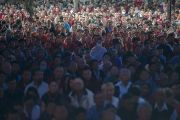 Тысячи людей собрались, чтобы принять участие в молебне о долголетии Его Святейшества Далай-ламы в монастыре Дрепунг в Мандгоде, Индия. 13 декабря 2012 г. Фото: Тензин Чойджор (Офис ЕСДЛ)