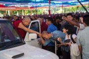 Его Святейшество Далай-лама покидает монастырь Дрепунг по завершении учений. Мандгод, Индия. 13 декабря 2012 г. Фото: Тензин Чойджор (Офис ЕСДЛ)