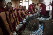 Монахи готовят чай, чтобы угостить им гостей, присутствующих на молебне о долголетии Его Святейшества Далай-ламы в монастыре Дрепунг в Мандгоде, Индия. 13 декабря 2012 г. Фото: Тензин Чойджор (Офис ЕСДЛ)