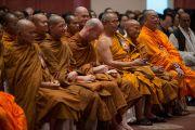 """Участники диалога Его Святейшества Далай-ламы с тайскими буддийскими учеными, посвященного теме """"Разные пути для достижения общей цели"""". Дели, Индия. 16 декабря 2012 г. Фото: Тензин Чойджор (Офис ЕСДЛ)"""