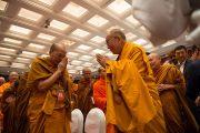 Его Святейшество Далай-лама приветствует монахов из Таиланда перед началом диалога с тайскими буддийскими учеными. Дели, Индия. 15 декабря 2012 г. Фото: Тензин Чойджор (Офис ЕСДЛ)