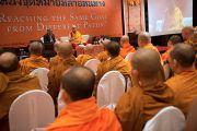 """Его Святейшество Далай-лама выступает с речью на открытии диалога с тайскими буддийскими учеными, посвященного теме """"Разные пути для достижения общей цели"""". Дели, Индия. 15 декабря 2012 г. Фото: Тензин Чойджор (Офис ЕСДЛ)"""