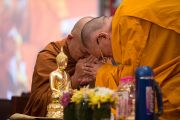 """Его Святейшество Далай-лама благодарит одного из участников диалога с тайскими буддистами """"Разные пути для достижения общей цели"""". Дели, Индия. 16 декабря 2012 г. Фото: Тензин Чойджор (Офис ЕСДЛ)"""