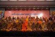 """Его Святейшество Далай-лама и другие участники диалога с тайскими буддистами """"Разные пути для достижения общей цели"""". Дели, Индия. 16 декабря 2012 г. Фото: Тензин Чойджор (Офис ЕСДЛ)"""