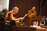 Перед началом диалога с тайским буддийскими учеными Его Святейшество Далай-ламу представили собравшимся в зале. Дели, Индия. 15 декабря 2012 г. Фото: Тензин Чойджор (Офис ЕСДЛ)