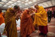 Его Святейшество Далай-лама приветствует монахов из Таиланда на второй день диалога с тайскими буддийскими учеными. Дели, Индия. 16 декабря 2012 г. Фото: Тензин Чойджор (Офис ЕСДЛ)