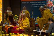 Его Святейшество Далай-лама проводит ритуал Будды Медицины во время учений для российских буддистов. Нью-Дели, Индия. 26 декабря 2012 г. Фото: Тензин Чойджор (Офис ЕСДЛ)