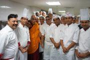 Его Святейшество Далай-лама фотографируется с поварами гостиницы Кемпинский, в которой проходят его четырехдневные учения для российских буддистов. Нью-Дели, Индия. 25 декабря 2012 г. Фото: Джереми Рассел (Офис ЕСДЛ)