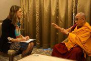 Его Святейшество Далай-лама дает интервью корреспонденту РИА Новости Ольге Липич в перерыве учений для российских буддистов в Нью-Дели, Индия. 25 декабря 2012 г. Фото: Джереми Рассел (Офис ЕСДЛ)