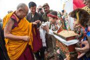 Его Святейшество Далай-лама принимает традиционные подношения перед началом празднования 50-летия со дня основания в Дели тибетской общины Самьелинг. Нью-Дели, Индия. 26 декабря 2012 г. Фото: Тензин Чойджор (Офис ЕСДЛ)