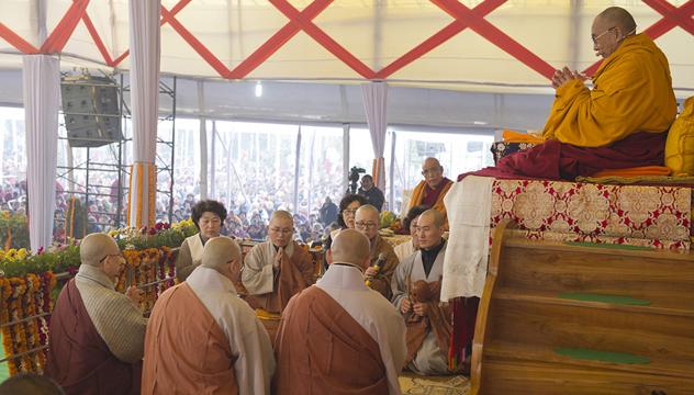 Его Святейшество продолжил даровать учения по текстам Шантидевы в городе Сарнатх