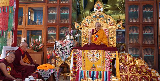 Его Святейшество Далай-лама выступил в Центральном университете тибетологии, побывал у ступы Дхамек и посетил тибетский монастырь в Сарнатхе