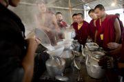 Монахи готовят чай для участников учений Его Святейшества Далай-ламы в Сарнатхе, Индия. 8 января 2013 г. Фото: Тензин Чойджор (Офис ЕСДЛ)