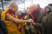 Его Святейшество Далай-лама приветствует одного из своих последователей перед началом второго дня учений в Сарнатхе, Индия. 8 января 2013 г. Фото: Тензин Чойджор (Офис ЕСДЛ)