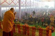 Его Святейшество Далай-лама приветствует аудиторию перед началом третьего дня учений в Сарнатхе, Индия. 9 января 2013 г. Фото: Тензин Чойджор (Офис ЕСДЛ)