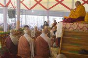 Корейские буддисты читают Сутру сердца в начале второго дня учений Его Святейшества Далай-ламы в Сарнатхе, Индия. 8 января 2013 г. Фото: Тензин Чойджор (Офис ЕСДЛ)