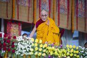 Его Святейшество Далай-лама машет рукой слушателям по окончании третьего дня учений в Сарнатхе, Индия. 9 января 2013 г. Фото: Тензин Чойджор (Офис ЕСДЛ)