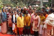 Его Святейшество Далай-лама со своими друзьями, девочками с проблемами зрения и их учителями из института для инвалидов Дживан Джийоти (Jeevan Jyoti Institute for the Disabled) в Сарнатхе, Индия. 12 января 2013 г. Фото: Джереми Рассел (Офис ЕСДЛ)
