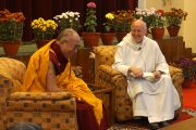 Его Святейшество Далай-лама и отец Лоуренс Фриман во время встречи в Сарнатхе, Индия. 12 января 2013 г. Фото: Джереми Рассел (Офис ЕСДЛ)