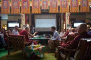 """Его Святейшество Далай-лама и Ричард Дэвидсон в первый день 26-й конференции института """"Ум и жизнь"""" в монастыре Дрепунг Лачи. Мандгод, Индия. 17 января 2013 г. Фото: Тезнин Чойджор (Офис ЕСДЛ)"""