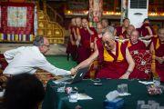 """Его Святейшество Далай-лама благодарит Мишеля Битболя за его доклад о сознании на четвертый день 26-й конференции института """"Ум и жизнь"""" в монастыре Дрепунг Лачи. Мандгод, Индия. 20 января 2013 г. Фото: Тезнин Чойджор (Офис ЕСДЛ)"""