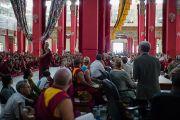 """Монах задает вопрос во время дневной сессии 26-й конференции института """"Ум и жизнь"""" в монастыре Дрепунг Лачи. Мандгод, Индия. 20 января 2013 г. Фото: Тезнин Чойджор (Офис ЕСДЛ)"""