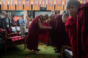 """Его Святейшество Далай-лама приветствует старших монахов в первый день 26-й конференции института """"Ум и жизнь"""" в монастыре Дрепунг Лачи. Мандгод, Индия. 17 января 2013 г. Фото: Тезнин Чойджор (Офис ЕСДЛ)"""