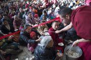 Монахи раздают традиционный сладкий тибетский рис участникам учений Его Святейшества Далай-ламы по текстам Джатак в главном тибетском храме. Дхарамсала, Индия. 25 февраля 2013 г. Фото: Тензин Пхунцок (архив монастыря Намгьял)