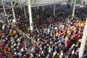 Вид на внутренний двор главного тибетского храма, где тысячи людей собрались, чтобы выслушать учения Его Святейшества Далай-ламы по текстам Джатак. Дхарамсала, Индия. 25 февраля 2013 г. Фото: Тензин Пхунцок (архив монастыря Намгьял)