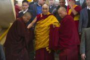 Его Святейшество Далай-лама спускается на первый этаж главного тибетского храма, чтобы приступить к кратким учениям по текстам Джатак. Дхарамсала, Индия. 25 февраля 2013 г. Фото: Тензин Пхунцок (архив монастыря Намгьял)