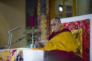Его Святейшество Далай-лама дарует учения по текстам Джатак в главном тибетском храме. Дхарамсала, Индия. 25 февраля 2013 г. Фото: Тензин Пхунцок (архив монастыря Намгьял)