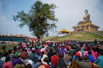 В Равангле Далай-лама даровал посвящение долгой жизни, а в Гангтоке встретился со школьниками